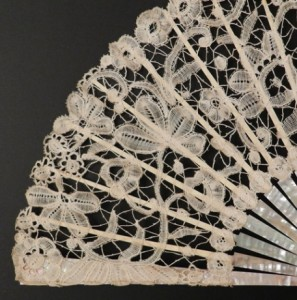 Antique fan with lace from Brussels. 25 cm #D0301